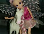 Păpușă de păpușă cu un cal