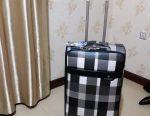 Μια βαλίτσα με 3 τμήματα.