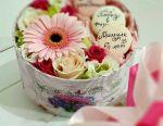 Bademli kurabiye ile bir kutu içinde çiçekler. Hediye kutusu