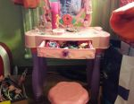 Ένα τραπέζι με καρέκλα / ήχο / φως / διαπραγμάτευση