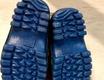 Νέες καουτσούκ μπότες σε ένα θερμαντήρα