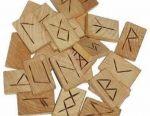 Rune din lemn realizate manual