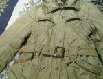 Zomocha üzerinde bir kukuleta ile kış ceket.