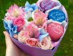 Roses in a box with macaroons