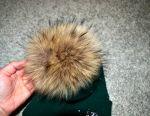 Bir şapka sıcak. ponpon ile