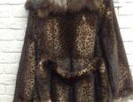 Σχεδιάστρια γούνινο παλτό κάτω από τη λεοπάρδαλη