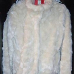 Sale / lease. A fur coat for a wedding.