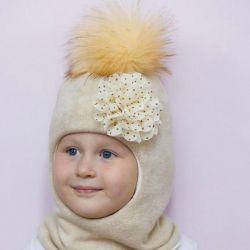 Χειμώνας κράνος καπέλο με μια νέα κούκλα