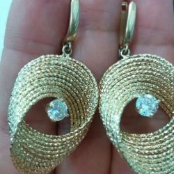Gold earrings 585 tests.