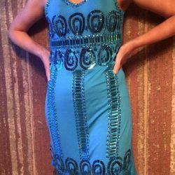 Dekoratif taşlar ile işlemeli yeni elbise