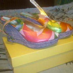 Yeni deri sandalet