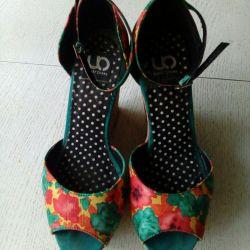 Bir kama sandalet