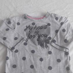 Kızın üzerinde uzun kollu tişört