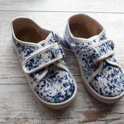 Bir kız için spor ayakkabı