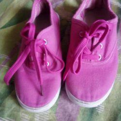 Kumaştan yapılmış ayakkabı