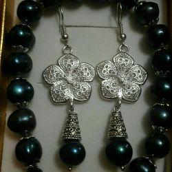 Brățară și cercei realizate din perle naturale.