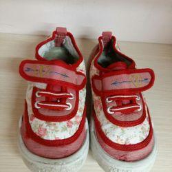 Βρεφικά πάνινα παπούτσια για κορίτσια.