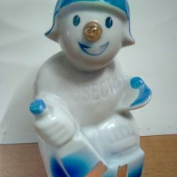 """Figurină de porțelan """"Jucător de hochei cu zăpada"""", vintage."""