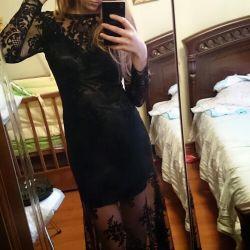 Zeminde sırt sırtı ve tren ile elbise