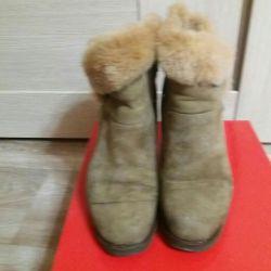 Bir kama üzerinde kış botları