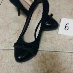 Süet ve lake ayakkabılar. Saç tokası 7 cm. 37P