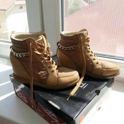 Boots demi-season on the wedge.