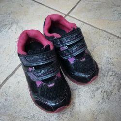 Bir fashionista için parlayan spor ayakkabı