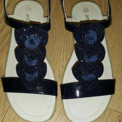 Sandale noi 32 de dimensiuni.