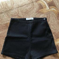 pantaloni înalți.