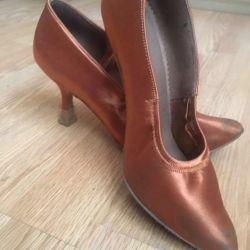 Pantofi noi de dans
