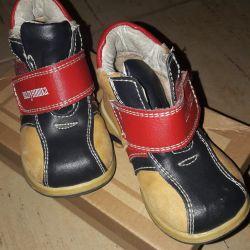 Bir çocuğa ayakkabı. 21razmer