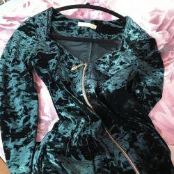 Το φόρεμα είναι βελούδινο νέο!