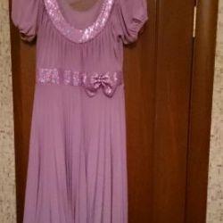 Το φόρεμα είναι μαλακό ροζ με παγιέτες