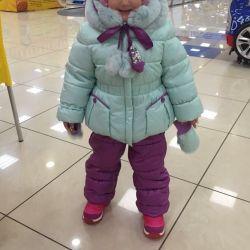 Doğal bir tavşan ile kız için kış kostümü