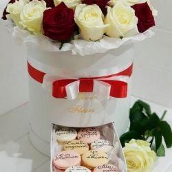 Τριαντάφυλλα σε κουτί με macaroons. Συσκευασία δώρων.