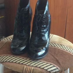 Half-boots lacquered