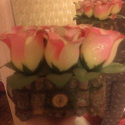 Trandafiri 🌹 într-un suport din lemn