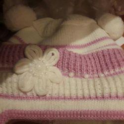 Bebek için bir şapka var. Diğerleri.