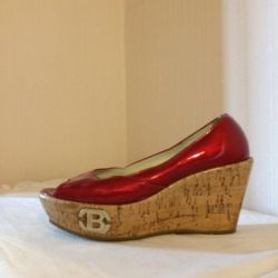 Lacquered shoes with an open cape Italy