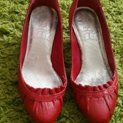 Παπούτσια με άνετη κόκκινη φτέρνα