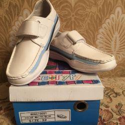 Vânzarea de pantofi școlari pentru o fată