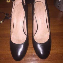 Satılık veya değişim için deri ayakkabılar.