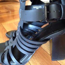 Sandale din piele. nou