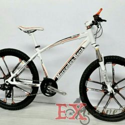 Döküm tekerlekler üzerinde beyaz Mercedes bisiklet
