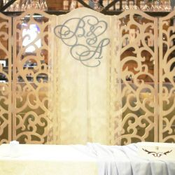 Οθόνη με διακοσμήσεις γαμήλιων ονομάτων από οικόσημα