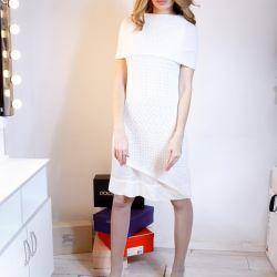 Bir butikten beyaz orjinal sıcak elbise giydirin