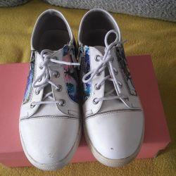 Τα πάνινα παπούτσια 37 έχουν μέγεθος
