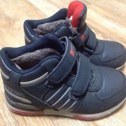 Sıcak spor ayakkabılar. Boyut 30.