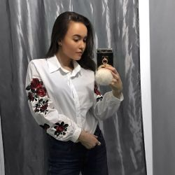 Shirt with roses on sleeves white