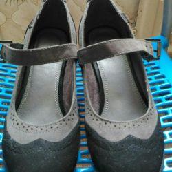 40 de pantofi de dimensiuni sunt practic noi